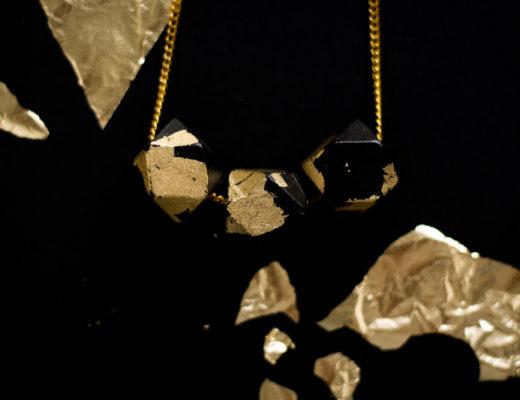 diy-mode-collier-a-facettes-dore-perles-geometriques-bois