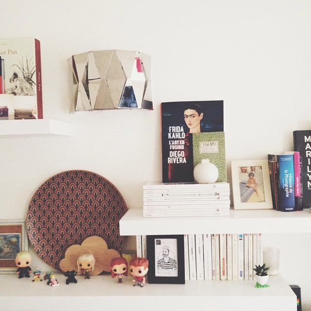 Yay we finally got rid of the ugly lamp left by the former tenants in the staircase \o/ (thanks dad!) I put up this cheap sliver geo one in the meantime but I'm still looking for a nice wall lamp to replace it. Lighting is so expensive ugh ? #homedecor #fridakahlo #bookshelves