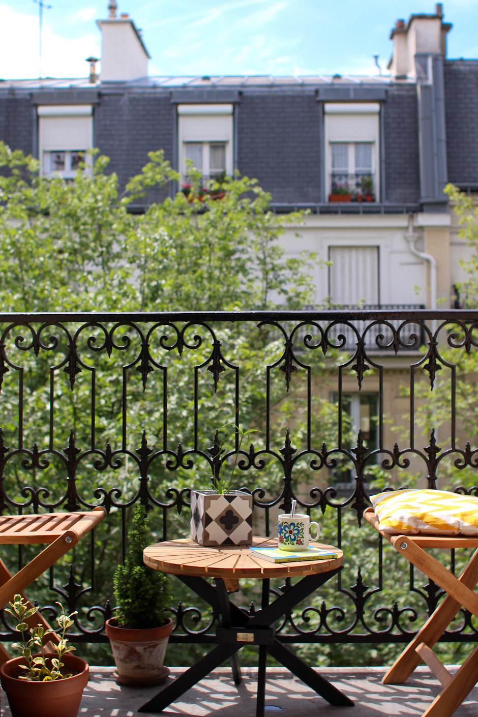L t sur le balcon morning by foley - Amenagement petit balcon parisien ...